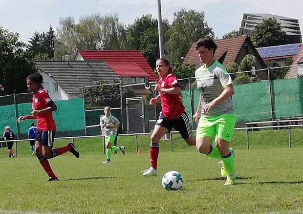 Stefanie Etzel im Spiel gegen FC Bayern München (links Navina Omilade)