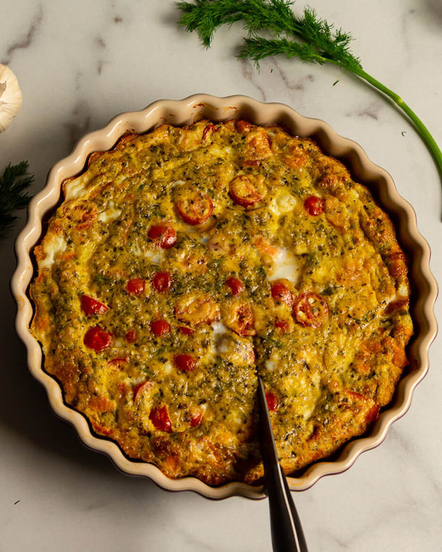 Want egg recipes for breakfast, esp egg casserole recipes? Whip up this crustless quiche salmon, aka a egg and salmon breakfast casserole. @Incredibleeggs #ad #EggEnthusiast #EggNutrition #eggs #brunch #brunchrecipe #breakfast #pescatarian #smokedsalmon