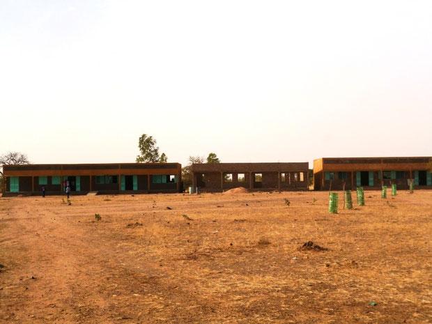 Schulklassen mit Rohbau der Bibliothek/Lehrerzimmer
