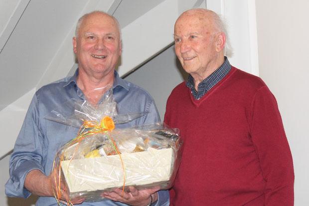 Erwin Wiest überreicht Gustl Alger ein Geschenkpräsent