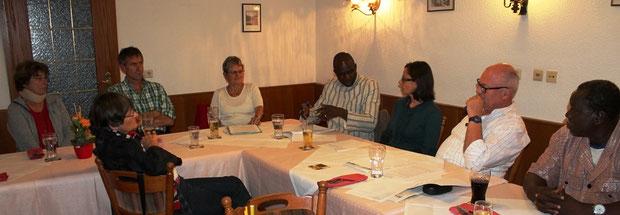 Bei der Diskussion zwischen Josué Ouoba und Erwin Wiest unsere Übersetzerin Pascale Pouzet - ganz rechts David Damolga