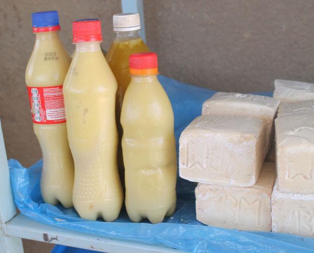 Die Karitéebutter wird in Flaschen abgefüllt, rechts Seife aus Karitéebutter