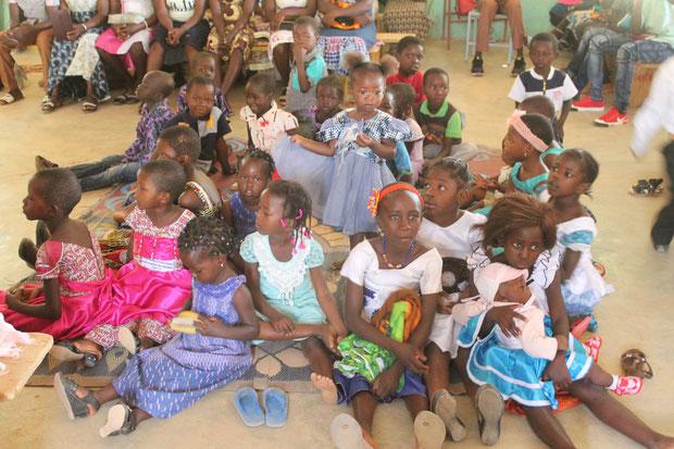 Kleinkinder beim Gottesdienst in Piela