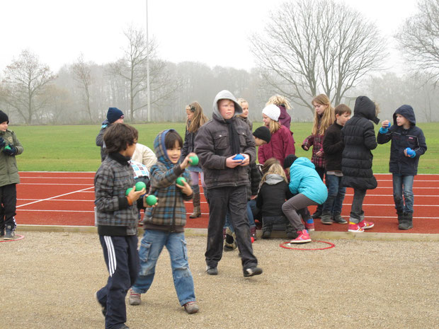 Kinder beim Erlernen des Boulespiels