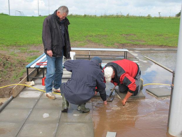 29.8.2011 – v.l. - Horst Hansen, Dieter Kirchner und Manfred Habenicht bei der Suche nach der defekten Drainageleitung.