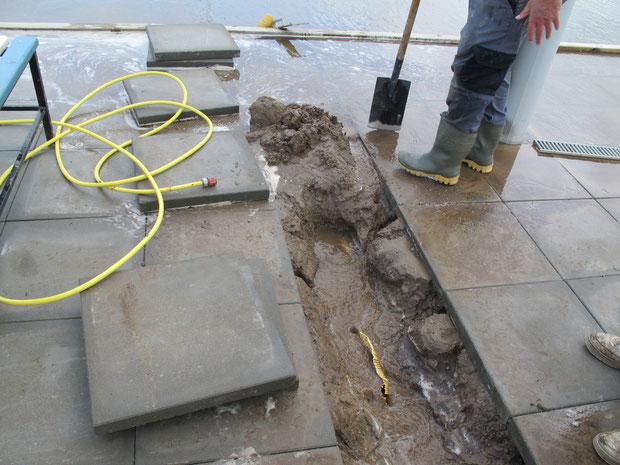 29.8.2011 - Die defekte Drainageleitung ist gefunden und wird ausgegraben.