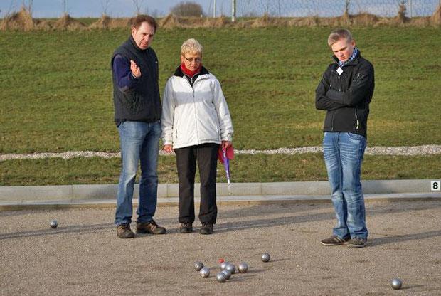 3.3.2012 - Wolfgang Ziriakus (li.) vom Bouleclub Leck erklärt Inga Habenichtund Michel Martensen von den Geest-Boulern den nächsten Spielzug.