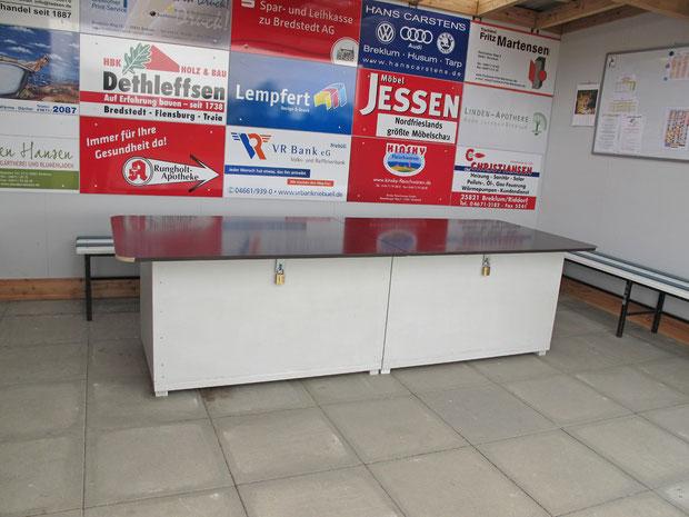 """3.5.2012 - Der neue Tisch im """"Haus der Geest-Bouler"""" ist aufgestellt."""