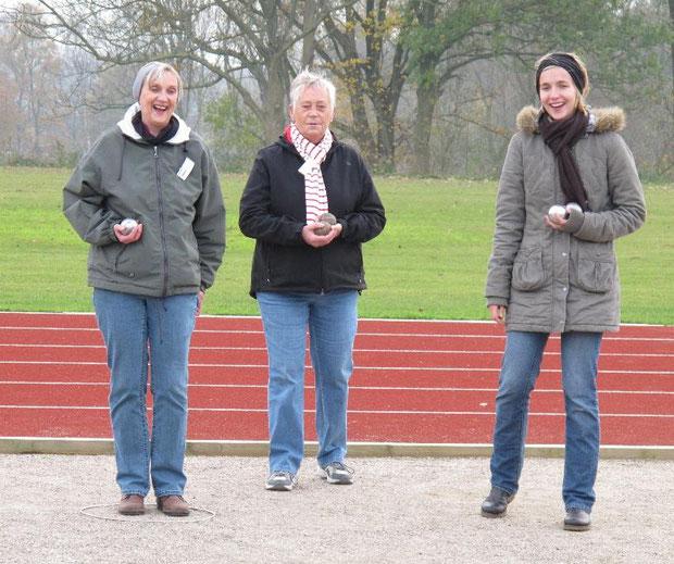 5.11.2011 - Annette Matzen, Edith Sönksen und Eike Matzen freuen sich über den Erfolg beim Boulespiel.