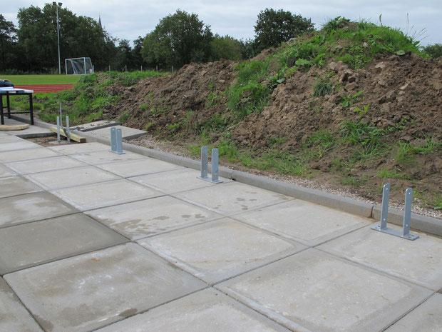 16.9.2011 - Die Fundamente und Pfostenträger werden gesetzt.