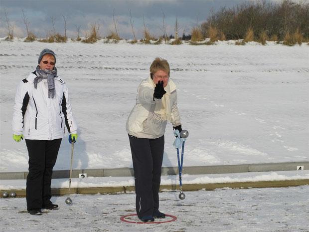 1.2.2012 Annelie Lesch (li.) und Ulla Hess beim winterlichen Boulespiel
