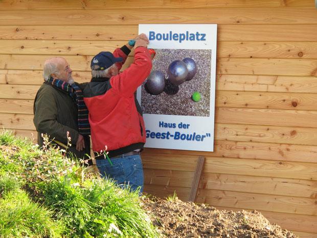 """20.10.2011 - Die Schilder mit dem Logo der Geest-Bouler werden am """"Haus der Bouler"""" montiert."""