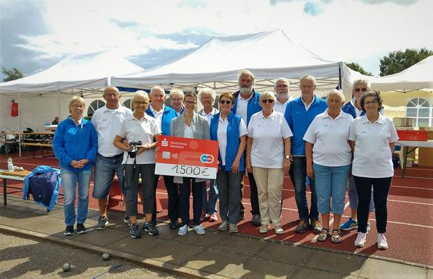 Spendenübergabe der Nord-Ostsee Sparkasse durch die Regionaldirektorin Christina Weinbrandt (6.v.l.)