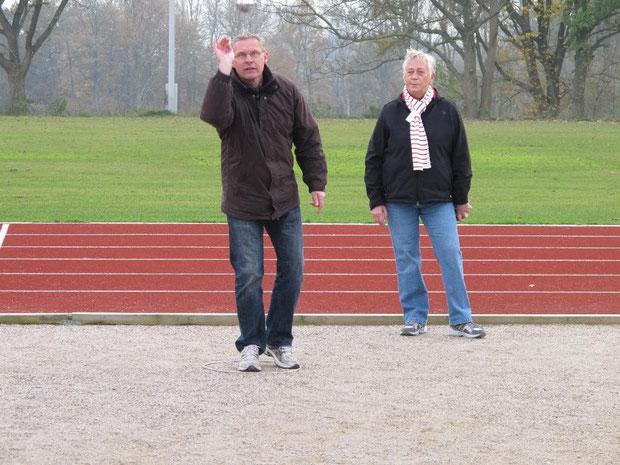 5.11.2011 - Arno Borchardt beim Wurf, Edith Sönksen, die spätere Siegerin des 1. Chapeau-Turniers der Geest-Bouler schaut genau zu.
