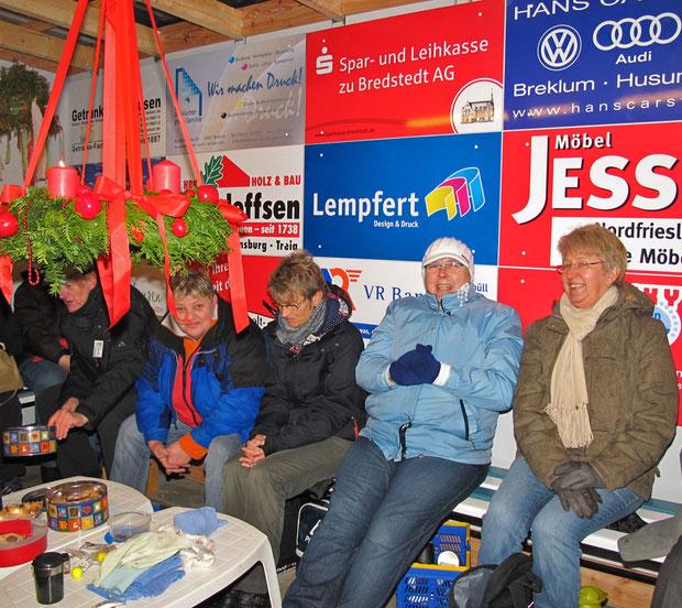 """26.11.2011 - Im """"Haus der Geest-Bouler"""" war es gemütlicher! (unter dem von Annelie Lesch gefertigten und gespendeten Adventskranz)"""