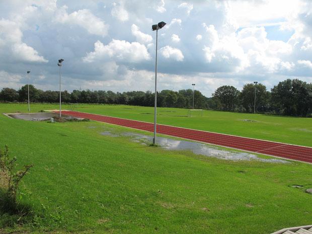 28.8.2011 - Auch die angrenzenden Gras- und Sportflächen stehen unter Wasser.