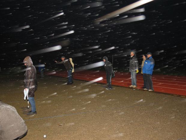 """26.11.2011 - Boulespieler/-innen der """"Boule-Terrier"""" aus Viöl und der Geest-Bouler sind hart im Nehmen und spielen, wenn es sein muss, auch bei Schneetreiben"""