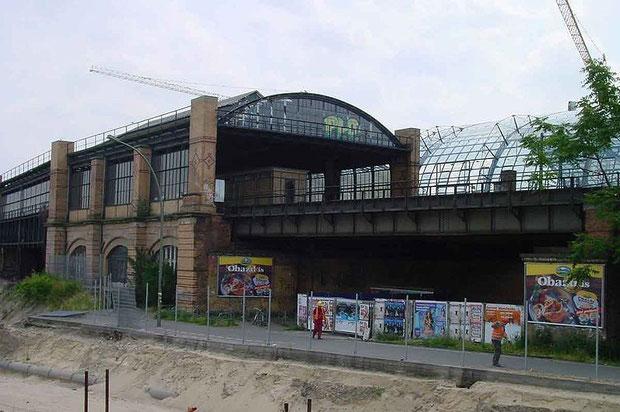Der denkmalgeschützte Lehrter S-Bahnhof kurz vor seinem Abriss 2002. Im Hintergrund ist schon das Dach des neuen Berliner Hauptbahnhofs zu sehen.