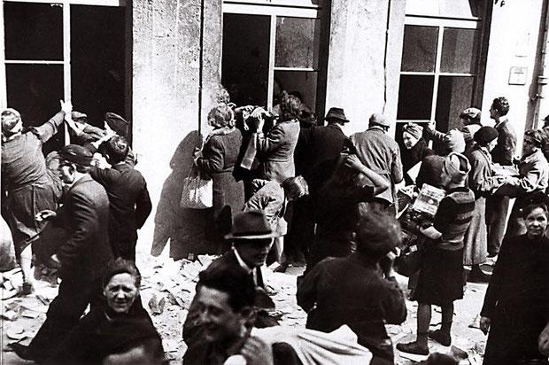 Plünderung eines Geschäfts in Hannover nach Kriegsende