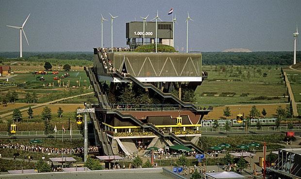 """""""Gestapelte Landschaften"""" auf der Expo 2000 in Hannover. Am Horizont sind auch gut die technischen """"Errungenschaften"""" aus dem Gebiet des """"Großen Freien"""" zu sehen."""