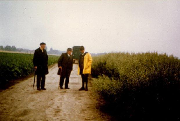Dr. Milatz, Herr Endreß und Dr. Ahlheim 1969 bei einer Feldbegehung der Haferregisterprüfung