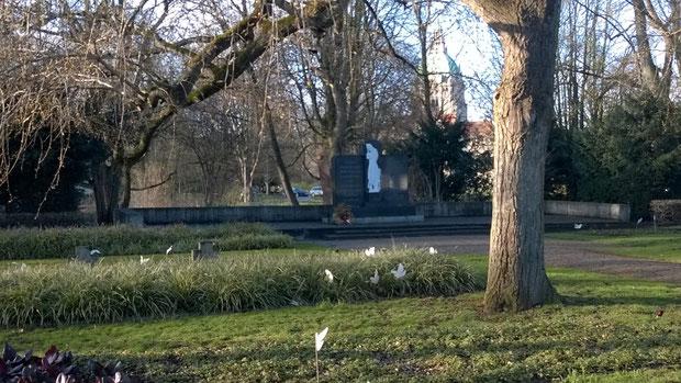 Gedenkfriedhof mit Mahnmal am Nordufer des Maschsees