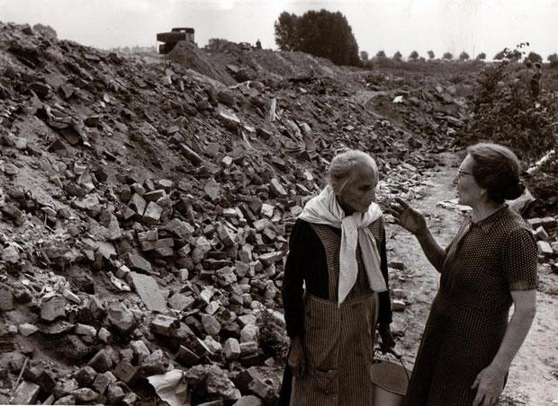 Trümmerfrauen bei der Errichtung des Niedersachsenstadions