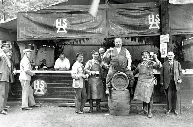 Gastwirt J. Günther bewirtet Bewohner Andertens mit Scheele-Bier um 1927