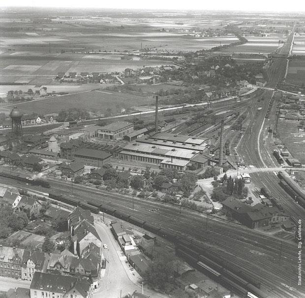 Das Bild aus den 1950er Jahren zeigt den nördlichen Teil der Bahnkreuzung Lehrte mit Blickrichtung nach Norden. Im Gleisdreieck befindet sich das Bahnbetriebswerk, das später abgerissen wurde.