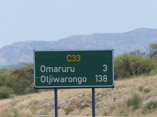 Jetzt haben wir über die Hälfte unseres heutigen 280 km Trips geschafft. Die Farmen am Weg haben meist deutsche Namen. Während der Fahrt hören wir Hit Radio Namibia auf deutsch!