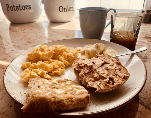Walnussbrötchen mit Honig und Erdnussbutter, 4 Eier, 1 Banane, 100ml Multivitaminsaft, 1 Tasse Wheyproteinshake.