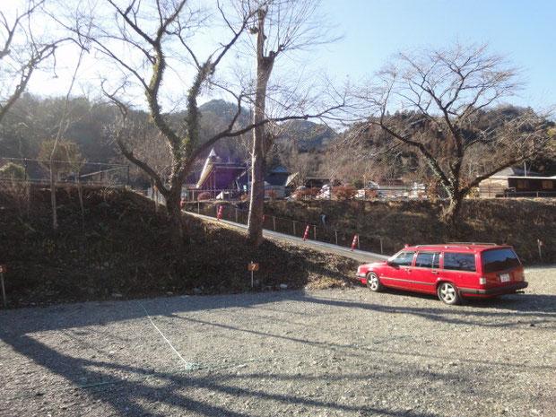 大型のテントが設営できる広さ。坂を上ると中段のサイト。