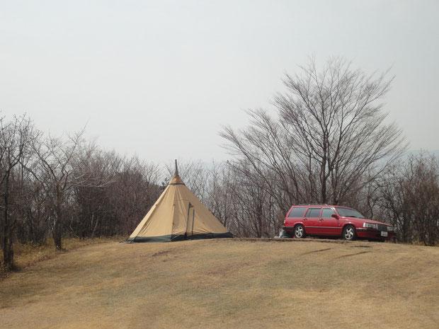小高い丘の上でキャンプ。結局平坦なサイトではなかった(笑)。