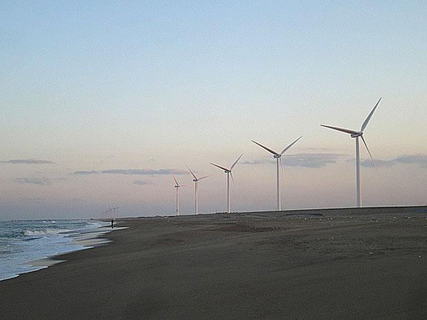 土曜日の夕方、日川浜の巨大風車がこちらを向いてくれた。