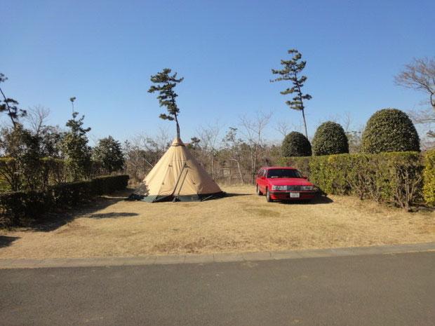 フルフックアップサイト 全4区画。キャンプ場の中央に位置する。このサイトは片側だけ。お向かいさんはいない。