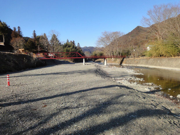 最下段の河原サイト。夏場には水遊びの子供たちで賑わうだろう。