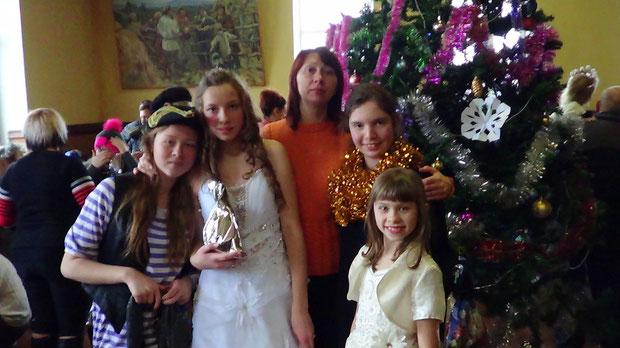 5e41d139d3f353 Найулюбленіше свято дітвори – Новий рік. Адже Дід Мороз обов'язково  приносить усім дітям подарунки під ялинку. Коли зеленої красуні немає вдома  не біда, ...