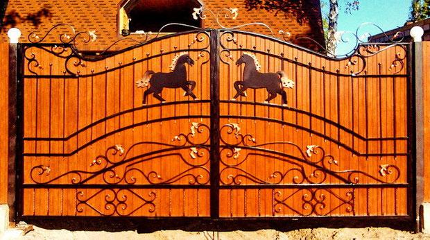 Кованые ворота с конями.