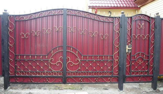 Ворота из профлиста с элементами ковки
