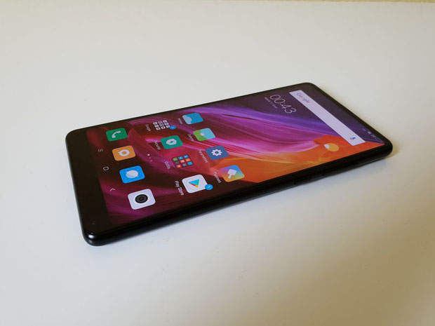 Xiaomi Mi Mix 2 face avant et posé sur une table