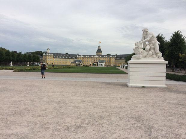 Noch ist der Schlossplatz verwaist. Ab Sonntag sieht das ganz anders aus! (Foto: LMK)