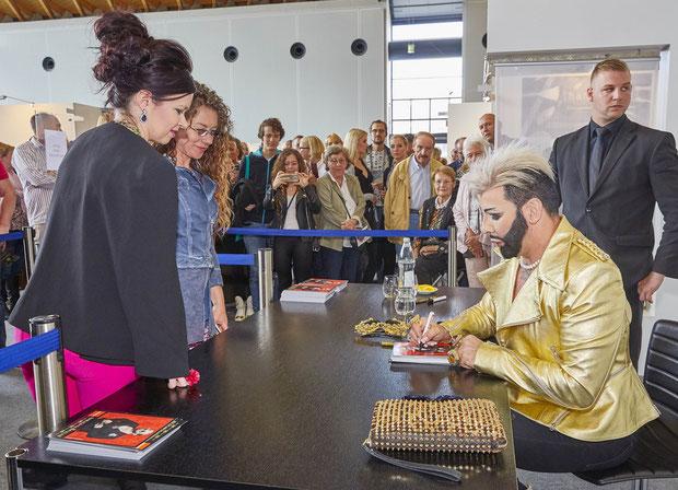 HARALD GLÖÖCKLER gibt auf der EUNIQUE eine Autogrammstunde und kommt mit seinen Fans in Gespräch.