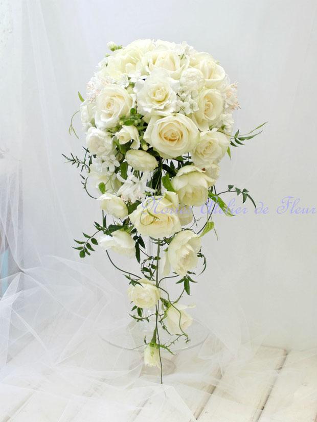 オフホワイトのバラのキャスケードブーケ