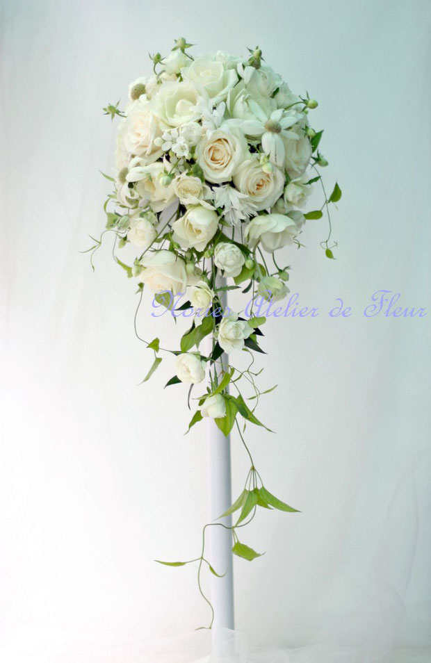オフホワイトのバラとフランネルフラワーのキャスケードブーケ
