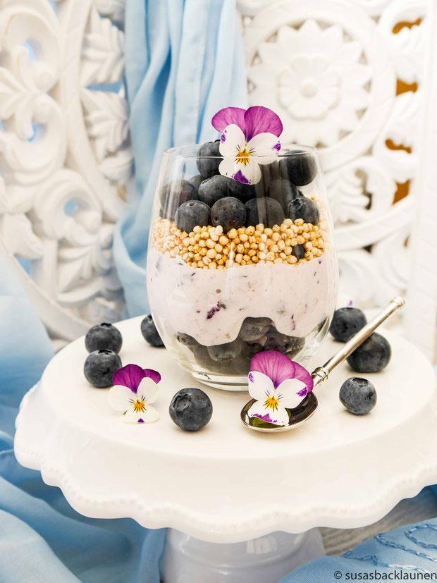 Blaubeeren, griechischer Joghurt und Quinoa gepufft