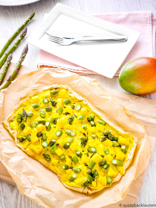 Flammkuchen mit grünem Spargel, Mango und Kurkumacreme