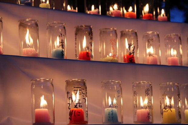 屋外 供養に来て頂いた方々に灯して頂いた献灯蝋燭