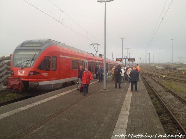 Hier Steht Der Sonderzug Im Bahnhof Sassnitz-Mukran (Fährkomplex) / Im Hintergurnd Sieht Man Die Besucher Und Die Leute Von PRO BAHN