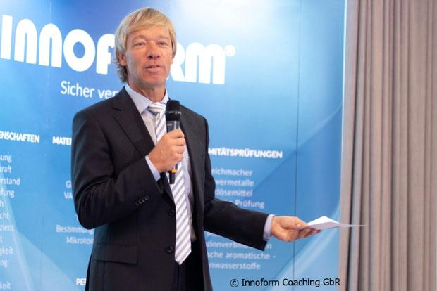Karsten Schröder von Innoform Coaching GbR moderiert die 6. Pouch Konferenz in Berlin