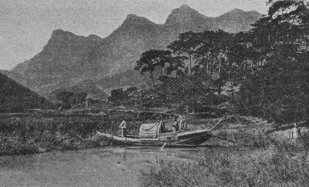 Tombeau près d'une rivière. À travers le monde. Hachette, Paris, 1906, pages 411-414.